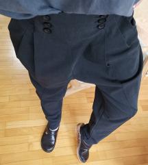 Crne duboke pantalone na ivicu