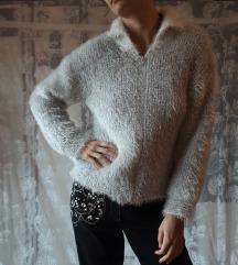 Pufnasti beli džemper na raskopčavanje