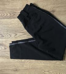 Jagger pantalone skroz nove, crne sa animal trakom
