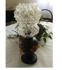 Lampa sa izrezrazberim i rucno oslikanim postoljem