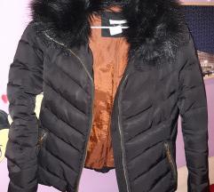 H&M crna kratka jakna br 34