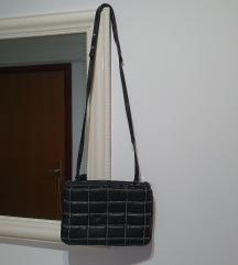 Zara torbica crna sa lancima 25x17.Dve pregrade