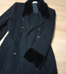 Crni kaput sa krznom na rukavima i oko vrata