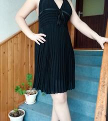plisirana crna haljina