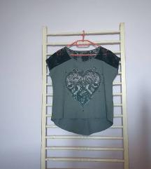 Siva majica sa čipkom i printom