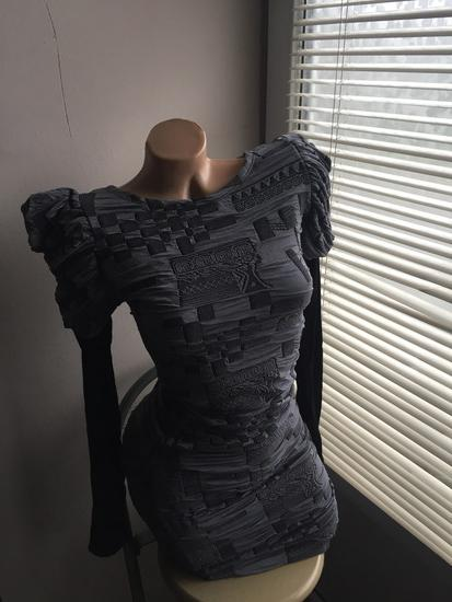 Uska midi haljina sa puf ramenima