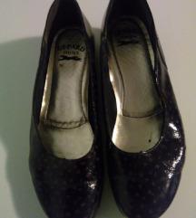 Kožne lakovane crne cipele