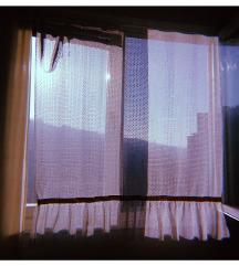 Bela kratka zavesa