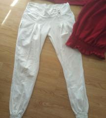 Bele pantalone i bordo bluza