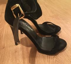Crne sandale na stiklu