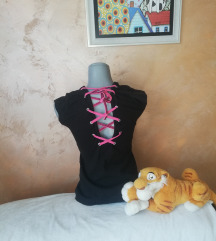 Crna majica sa pertlanjem na leđima