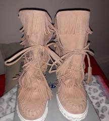Roze polu-čizmice sa potpeticom