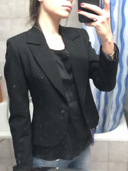 Crni sako sa diskretnim prugama