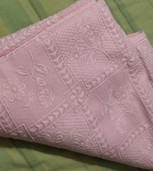 Roze prekrivac za bracni krevet