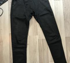 Kratke crne pantalone