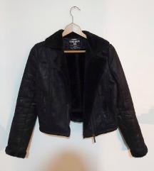Jako moderna,kratka crna jaknica sa krznom