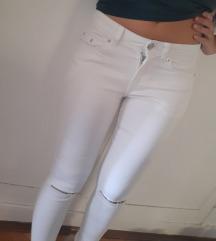 Nove bele bershka pantalone/ Snizene