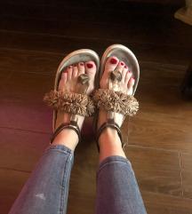 %%Inuikii sandale