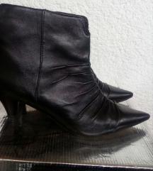 Crne kozne spicaste cizme