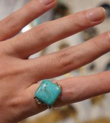 Zanimljiv plavi prsten