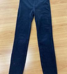 Crne plisane pantalone