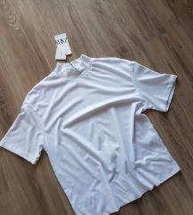 zara bela majica sa etiketom