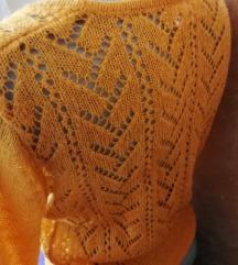 Džemper u boji senfa.
