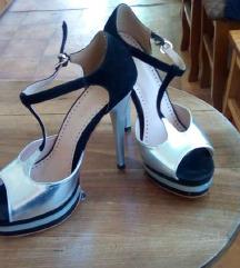 Crno-srebrne cipele na stiklu