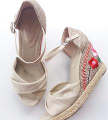 Sandale sa cvetovima broj 37