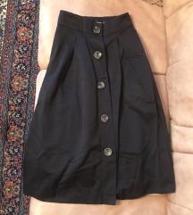 Crna suknja preko kolena