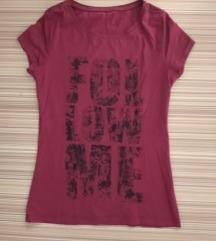 Tamno crvena majica