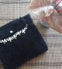 Crni plisani džemper sa ogrilicom
