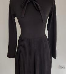 Crna mini plisirana haljina