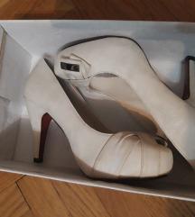Bele/bez cipele na stiklu