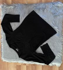 Crna majica sa V izrezom