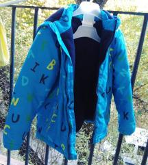 Postavljena jaknica sa kapuljačom