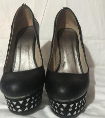 Crne cipele na stiklu sa nitnama