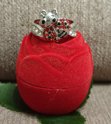 prelep prsten sa posvetom
