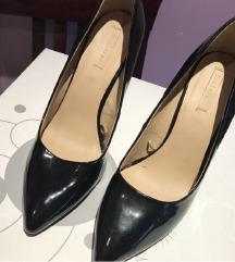 Crne lakovane salonke cipele na stiklu