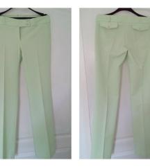 Nove svetlo zelene pantalone na peglu