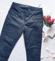 Rezervisano Crne pantalone sa rajsferslusima