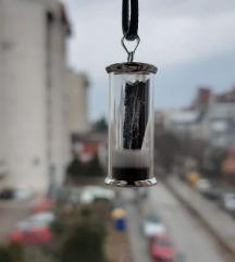 Privezak sa crnim kamenom