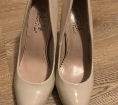 Nove cipele na stiklu salonke