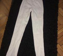 Bele pantalone sa šlicem napred