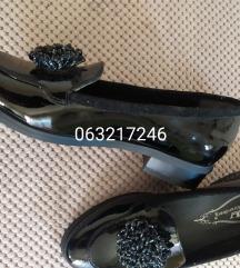 nove crne lakovane cipele