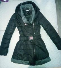 SNIZENJE Crna jakna s kapuljacom 600
