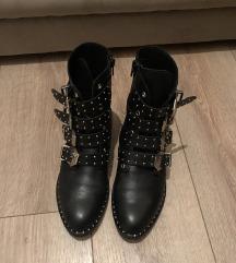 Kozne cizme sa nitnama