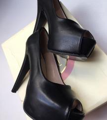 Mat crne cipele na stiklu