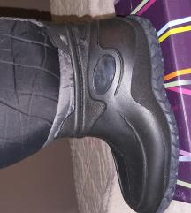 Gumene čizme postavljene sa krznom
