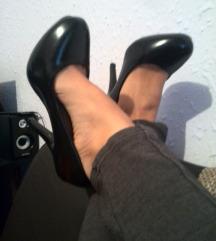 Crne cipele na stiklu